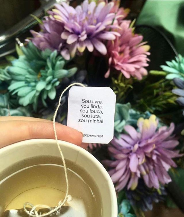 Saquinhos de chás com mensagens de empoderamento