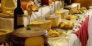 revender queijos, produtos coloniais e vinhos em exposição