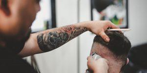 Máquinas de cortar cabelo - As melhores segundo cabeleireiros (Imagem: John Arano/Unsplash)